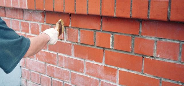 Нужно ли чем-то обрабатывать кирпич снаружи дома